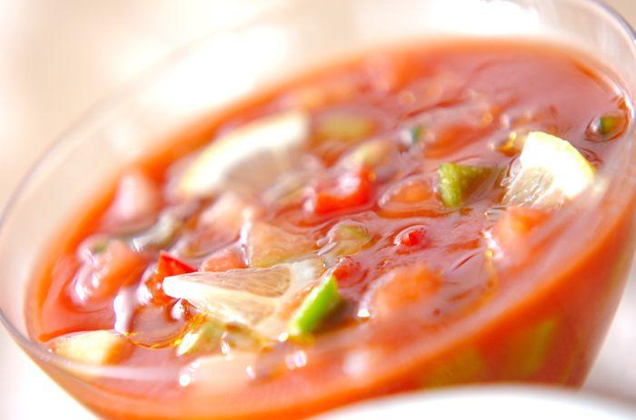 スペイン発祥のスープ「ガスパチョ」は、バゲットや野菜などをすりつぶしとろみをつけた冷静スープのこと。タバスコがピリっときいて、刺激と冷たさのいいバランスが後を引く、暑い夏にぴったりの美味しさです。カチカチのバゲットを砕いて冷凍保存しておいてもいいかも。
