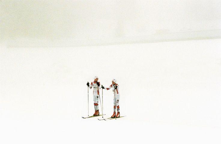 """Un precioso ensayo fotográfico de la fotógrafa Alana Paterson. """"Norwegian XC"""" captura la cultura de cross country skiiing competitivo en Noruega, un deporte tomado tan en serio como el hockey en Canadá o el fútbol en Inglaterra."""