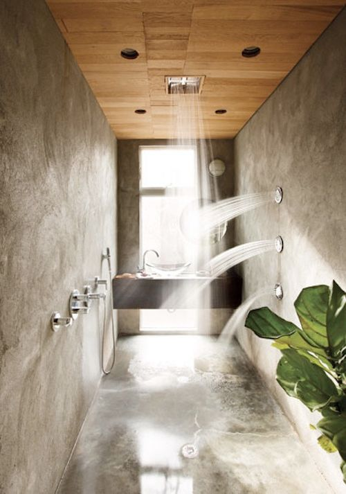 Et fantastisk eksempel på et levende baderom. Tropiske planter, betong, vannstråler fra alle retninger; som en jungel i boligen.
