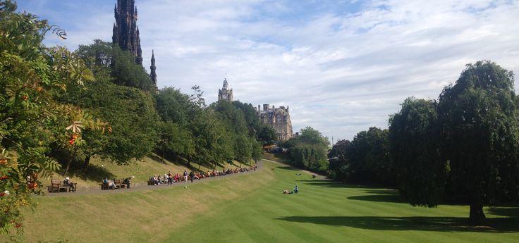 Edimburgo es una ciudad mágica aunque con un verano corto y un clima complicado. Acá encontraras mi experiencia y recomendaciones para aprovechar la visita.