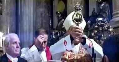 *O sangue de San Gennaro não foi liquefeito este ano, pode sinalizar o fim dos tempos?*  Existem várias lendas sobre o bispo e sua morte aparente. Uma dessas histórias é que quando os soldados finalmente parou Genaro Diocleciano e jogado para ursos selvagens no Anfiteatro Flaviano, eles se recusaram a atacar o bispo. Outros dizem que os soldados romanos tentou correr o bispo de colocá-lo em um forno, mas não conseguiu acender o fogo. No entanto, o bispo Genaro foi decapitado em 305 dC, em…