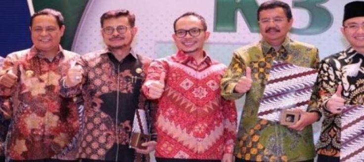 17 Gubernur Raih Pembina K3 Award  KONFRONTASI - Pemberian anugerah Keselamatan dan Kesehatan Kerja (K3) atau K3 Award setiap tahun merupakan bentuk apresiasi pemerintah pusat terhadap pengusaha dan pemerintah daerah yang telah berhasil menyelenggarakan dan menerapkan K3 dengan baik. Penghargaan pembina K3 di tingkat provinsi tahun 2017 diberikan kepada 17 Gubernur yakni Jawa Timur Sumatera Utara DKI Jakarta Kalimantan Timur Jawa Barat Banten Jawa Tengah Sumatera Selatan Kalimantan Selatan…