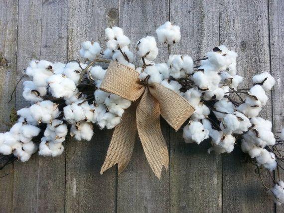 Une couronne d'automne! Coton, Jute et vigne! Tout pour réaliser ce look chez Marsolais! A fall wreath! Burlap, Vine and cotton heads, all you need to achieve this look at Marsolais!