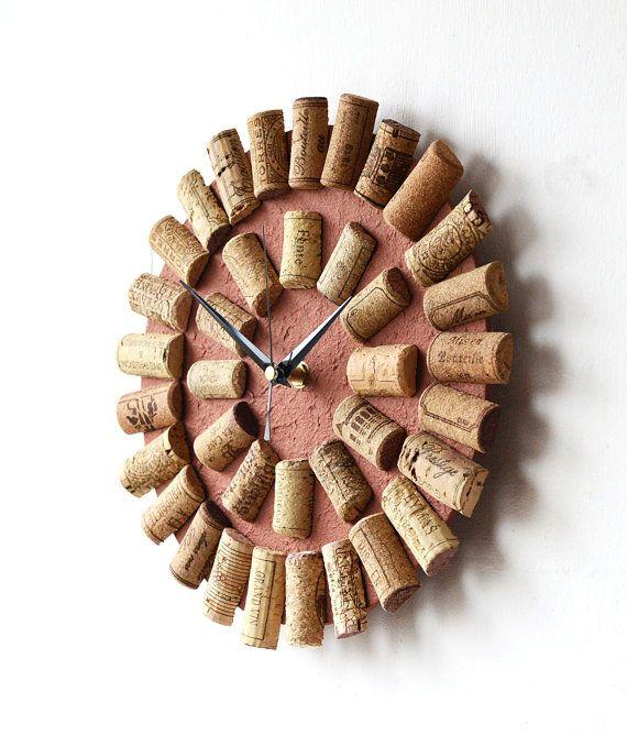 Dies ist eine ungewöhnliche Wanduhr, die ich von Decoupaging braun Maulbeerpapier ein 4 mm (etwas mehr als 1/8 ) dicke Sperrholzplatte Basis getroffen haben. Ich habe dann einige gebrauchten Weinkorken, erstellen einen Rahmen um den Sockel mit 12 zusätzlichen Korken anlässlich der Ziffern geklebt. Es wäre ein ideales Geschenk für Weinliebhaber machen!  Die Uhr ist Quarz, mit nicht Ticking, geschwungenen Bewegung und arbeitet mit 1 x AA-Batterie (enthalten), die Hände sind aus Metall. Es ...