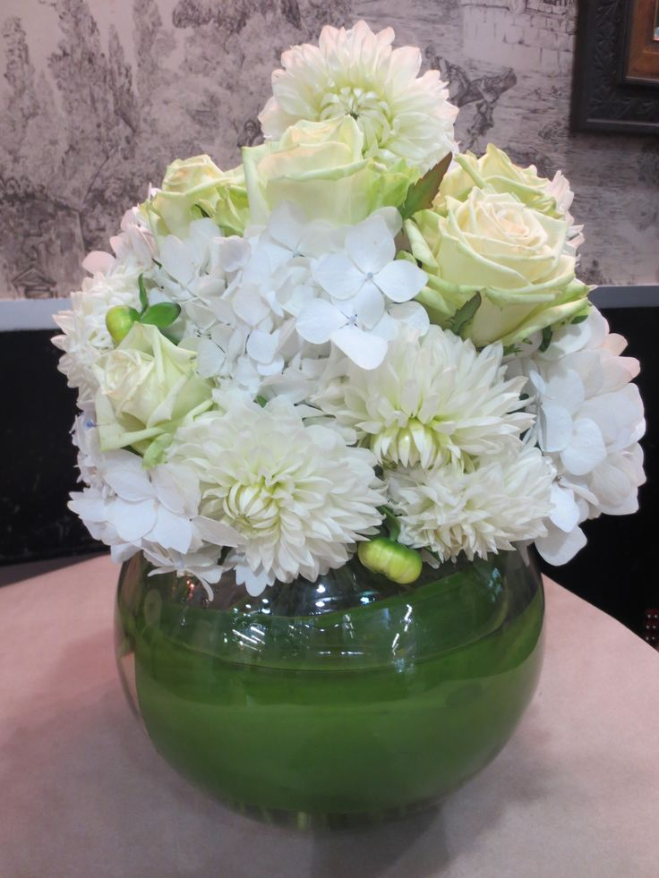 Vase arrangement in white and green for Christmas