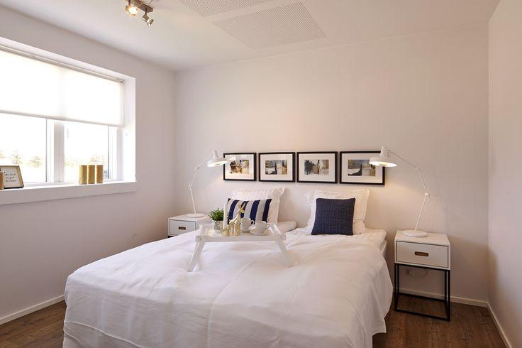 Morgenmad på sengen?  Moderne soveværelse i enkel stil.