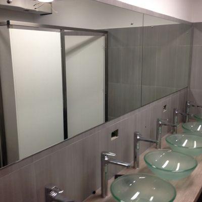 Bagno spogliatoio con lavabo in vetro