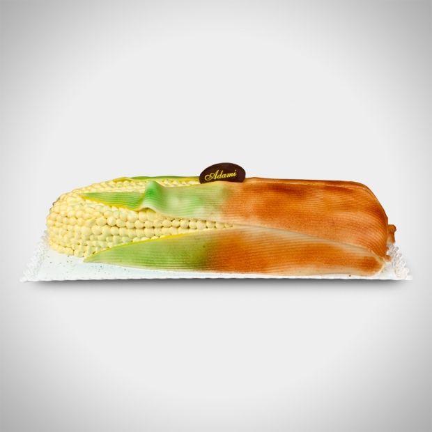 Pannocchia - Il nostro soffice pan di Spagna farcito con crema alla nocciola IGP, con fini pezzetti di croccante di mandorle e cioccolato fondente, guarnita con crema e pasta di mandorla. Scenografica!