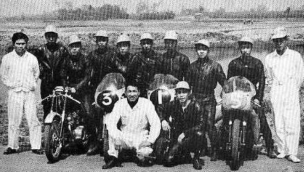 開校当時の「健二郎学校」  前列左が田中健二郎、右が藤井璋美、後列左が戸坂六三
