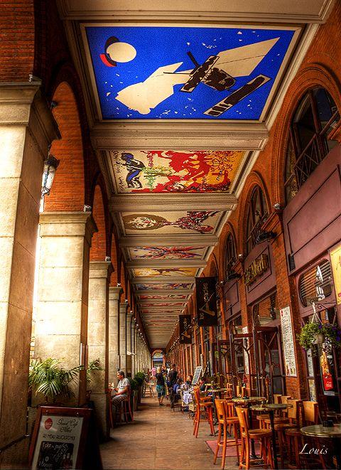 Place du Capitole à Toulouse. Sous les arcades peintures de Raymond Moretti. Photo Louis Rafenomanjato