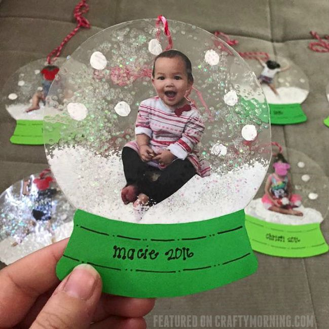 "These darling little photo snowglobe ornaments were made by Megan Hayashi! Here's her tutorial…""Painted inside of one side of laminating sleeve. Placed picture on top and added some glitter. Then laminated with clean side of sleeve on top. The base is made out of cardstock paper."" What a cute Christmas gift for parents and family! …"