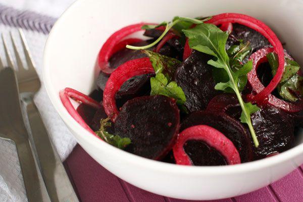 """Очень простой салат из книги """"Greek Island Cooking"""" включает свеклу и сладкий лук как основу салата,  в который добавляется петрушка и заправка винегрет. Но если добавить туда листья свежей рукколы или другую любимую зелень, салат от этого только выиграет."""