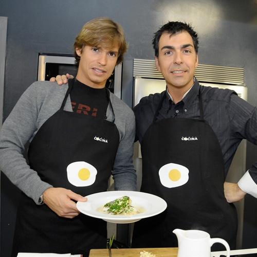 """El cantante Carlos Baute cocina junto con Ramón Freixa, chef Estrella Michelín, en el programa """"Cena de gala""""."""