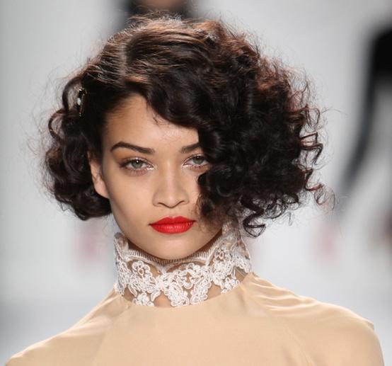 Les plus belles coiffures des défilés de New York Carré rétro chez Ruffian Un coupe chic et rétro à la fois avec ce carré aux boucles serrées sur ce rouge à lèvres classique couleur coqueliquot.