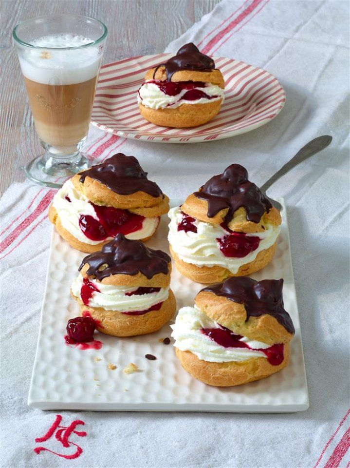 Schwarzwälder Windbeutel - Wem ein ganzes Stück Kuchen oder Torte zu viel ist, für den wurden die Windbeutel erfunden: sahnig und fruchtig zugleich mit einem Hauch Schokolade. Mmmh...