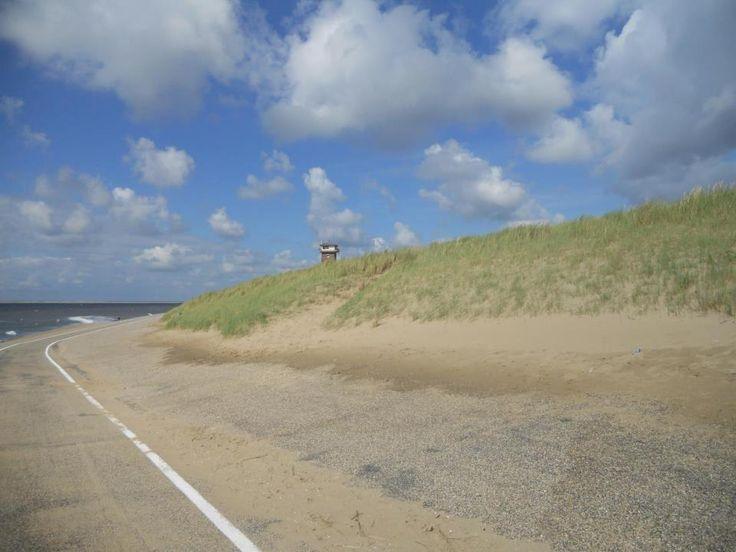 De dijk bij Huisduinen, met op de achtergrond de oude kustwacht toren.