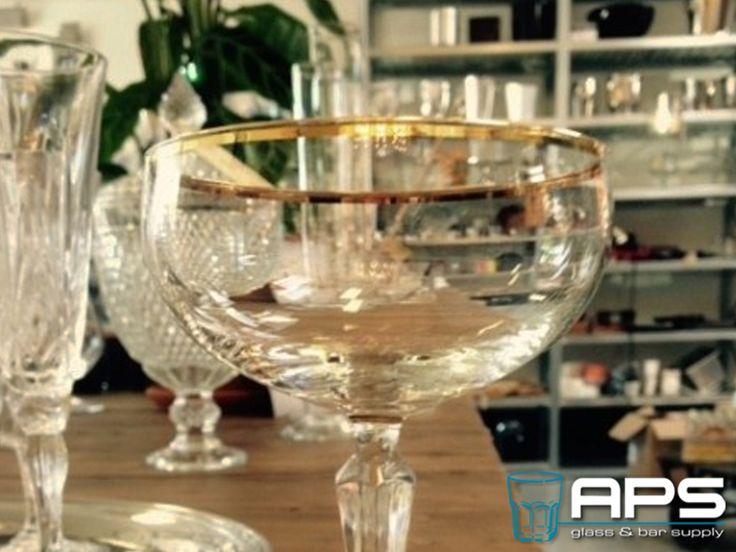 Nieuw in ons assortiment: Champagne coupe met een handbeschilderd gouden randje van Libbey Glass Europe.   Nu te bestellen via: http://goo.gl/Y7Mf3R.