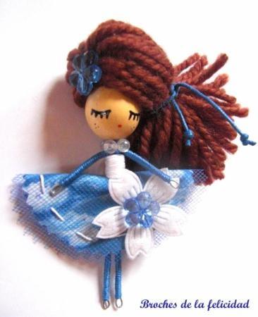 broche, muñeca de alambre. broche /doll brooch madera,alambre totalmente a mano