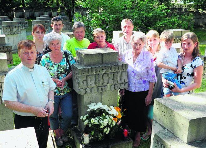 Rodzina Wincentego Gruszki dopiero 71 lat po jego śmierci dowiedziała się, gdzie jest grób ich krewnego. Pierwszy od lewej ksiądz Leszek Jażdżewski,http://www.dziennikbaltycki.pl/artykul/643347,egzekucja-w-liniewie-tragiczny-los-wincentego-gruszki-i-bazylego-pstronga,2,id,t,sa.html
