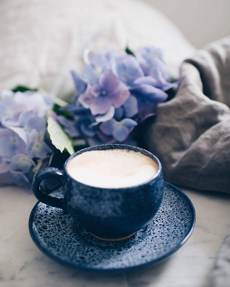 Фото цветов и кофе в синем тоне