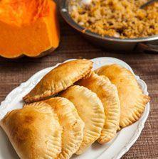 Οι κολοκοτές ή κολοκόπιτες είναι πεντανόστιμα παραδοσιακά, νηστίσιμα κυπριακά πιτάκια. Φτιάχνονται με πολύ απλά υλικά όπως κίτρινη, τριμμένη κολοκύθα, πλιγούρι και σταφίδα.