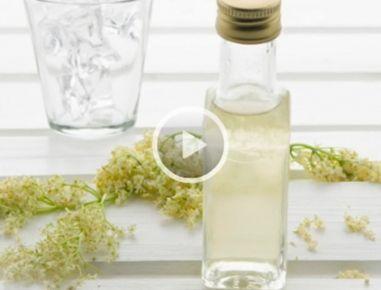 Eine gut ausgekochte Flasche zum Abfüllen garantiert bei diesem Rezept lange Haltbarkeit. Tauchen Sie Deckel und Flaschenhals zudem in