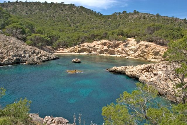 Doch als wir da so standen, den weißen Sand mit dem Meer vor uns und es zunehmends heißer wurde,  entschieden wir hier für eine Weile zu bleiben und nacktbaden zu gehen. Glücklicherweise waren wir   zu diesem Zeitpunkt weit und breit die Einzigen dort, denn blieb der Bikini und Badehose in den Rucksack!  Romantik Calo der Monjo , Mallorca, Spain