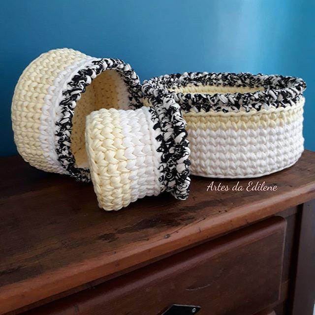 🐣🐑🐣 É preciso enxergar além do que se vê para saber identificar o que se descarta e o que vira relíquia... - Renata Fagundes . . #fioecologico #fiodemalha #trapillo  #instacrochet #crochetlove #crochetday #amocroche #crocheting #crochetlove #feitocomamor #feitoamao #croche #inlovecrochet #handemade