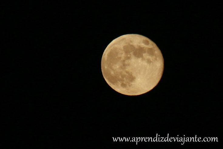 Uma das maiores frustrações que eu tinha assim que comecei a fotografar era de não conseguir ter uma foto legal onde a Lua Cheia aparecesse linda do jeito que eu via… ela sempre aparecia uma bola branca num mar de preto, mesmo usando uma camera profissional. Até que num dia, resolvi fazer um teste com …