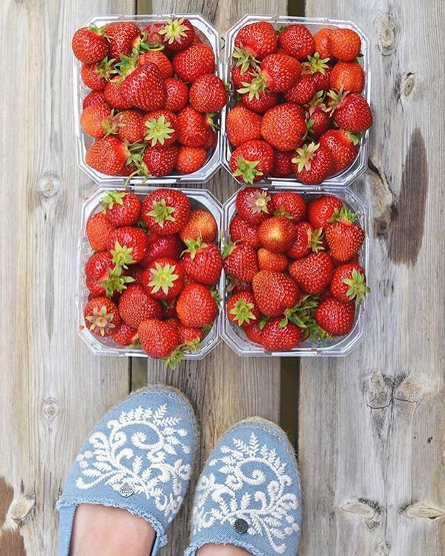 I love, summer, strawberries and life! (Photo by @clararingqvist) #oddmolly #madeinlove #oddspadrillosembroidered