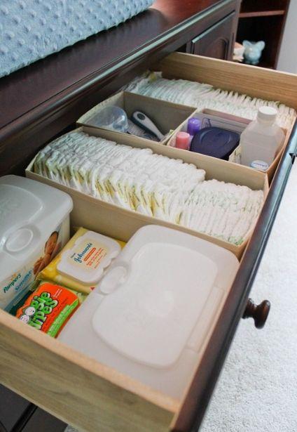 É uma boa ideia colocar na primeira gaveta da cômoda do bebê as fraldas, algodão, cotonetes, lencinhos e outros itens de higiene e limpeza do bebê. Lembre-se que você vai dar banho nele dentro do quarto, e tudo precisa estar à mão.