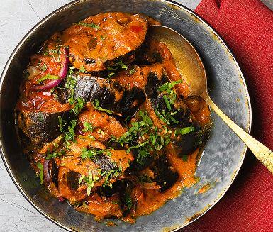Baingan aachari är namnet på en kryddig, het indisk auberginegryta med vegetariska inslag av lök, tomat och paprika. Den som vill skruvar upp styrkan ytterligare med chilipeppar. Bjud auberginegrytan med en klick raita som mildrar styrkan.
