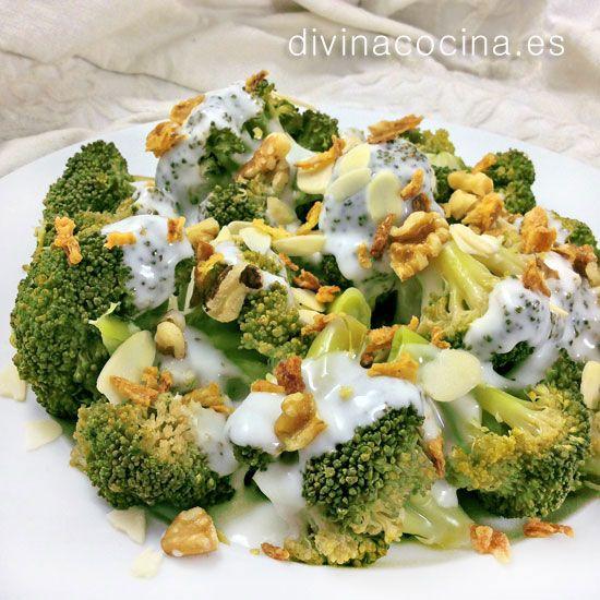 El brócoli con salsa de queso y frutos secos se puede preparar con cualquier queso que te guste. Queda perfecto con gorgonzola o roquefort, pero si prefieres uan salsa más suave usa simplemente quesitos en porciones.
