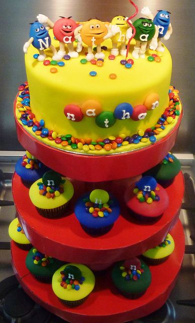 m #cake and #cupcakes Seriously cute party cake and matching cupcakes! We love and had to share!