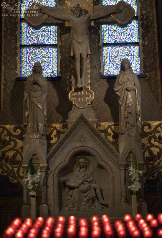A Mátyás templom oltára és a mögött látható ólomüveg ablak ékes példája nem csak a szépségnek, hanem a műalkotások hosszú időn keresztül uralkodó vallási jellegének is.