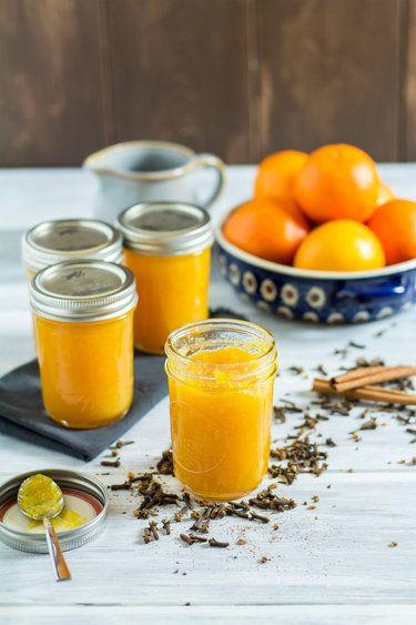 Orangenmarmelade mit Zimt und Nelken Hallo Aroma! Hallo Farbe! Und das alles schick eingemacht im Glas – zum Verstreichen auf deiner Frühstückstulle. Da geht auch an Schlechtwettertagen bei jedem Bissen sofort die Sonne auf. Was du dazu brauchst, sind Zitrusfrüchte und Gewürze.   © Kevin Buch   Law of Baking