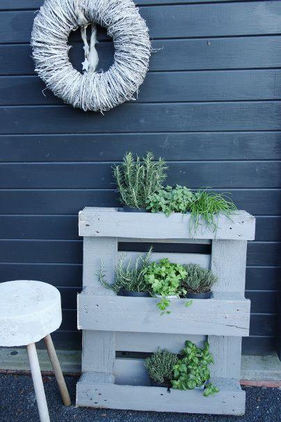 kr uterregal f r den balkon diy aus paletten im gr nen. Black Bedroom Furniture Sets. Home Design Ideas