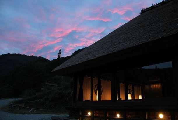 「篪庵(ちいおり)」は、徳島県東祖谷にある、築300年の茅葺き屋根の古民家。もともと、東洋文化研究者のアレックス・カー氏が購入し...