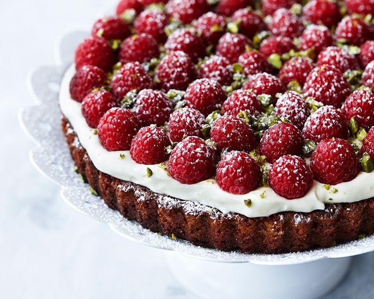 Den sommerlige og evigt populære jordbærtærte er tryllet om til en saftig mazarinkage med hvid chokoladecreme, røde hindbær og grønne pistacienødder.