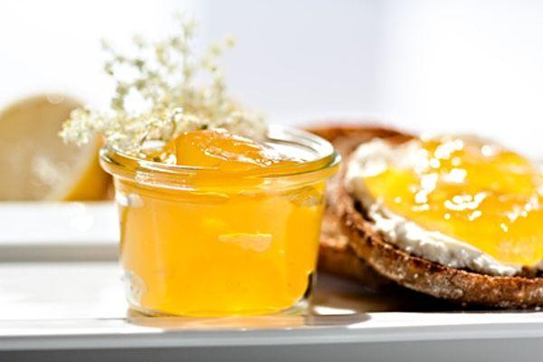 Chutná zdravá marmeláda z trsů květů černého bezu, citronové šťávy, převařené vody, cukru a želírovacího prostředku.