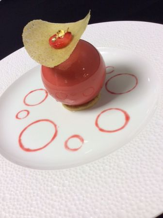 Sphère pétillante au Champagne, fraîcheur de fraise de Carros, gelée mentholée. Sparkling Champagne sphere, strawberry freshness from Carros, mint jelly.