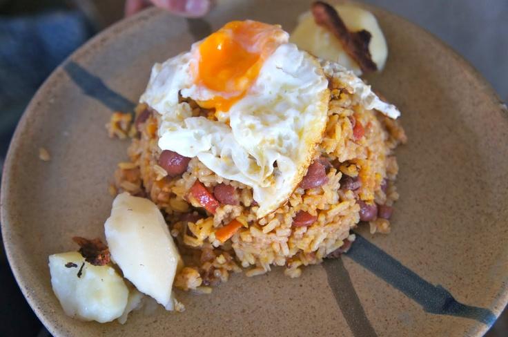 Desayuno Paisa: Huevo Frito, Calentao', Arepa con queso, Jugo Natural, y Bebida Caliente.