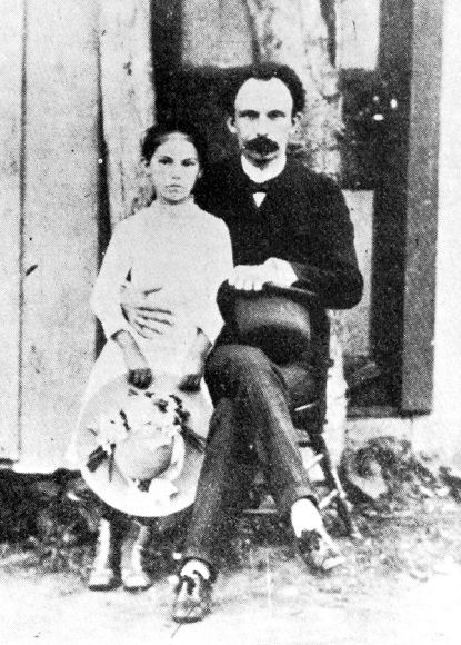 Esta es una fotografía de José Martí con su hija María en Bloom Stead Cottage, South Beach, Brooklyn en 1893.