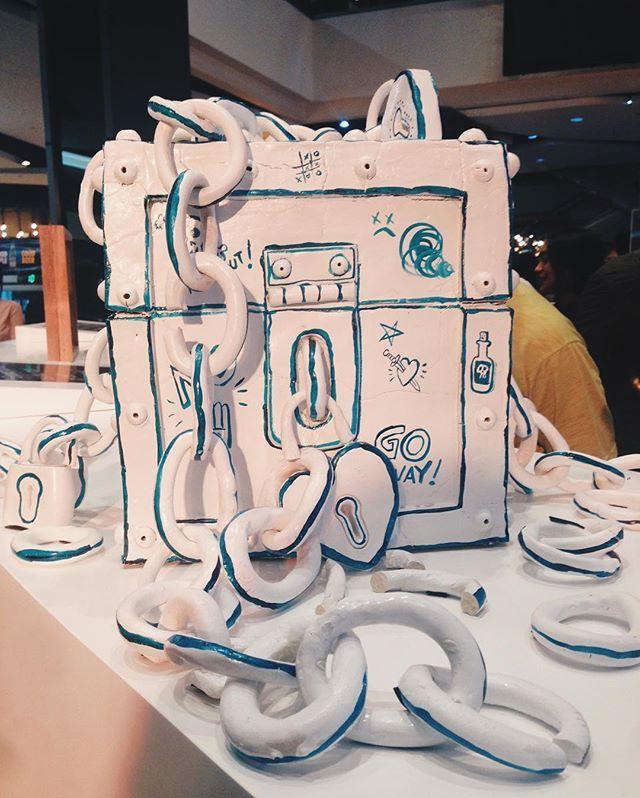 Meladori Magpie karya Muhammad Taufiq (Emte) Melalui medium keramik Emte menyampaikan pesan para pria mengenai patah hati. Di mana kenangan yang pernah terasa manis akhirnya ditutup dan dikunci rapat dalam sebuah peti. Bersamaan dengan metafora keramik yang rapuh seperti hati yang mudah retak. . Salah satu kreasi tentang cinta yang dipamerkan pada ekshibisi Broken Heart Gallery oleh Plaza Indonesia.  via HARPER'S BAZAAR INDONESIA MAGAZINE OFFICIAL INSTAGRAM - Fashion Campaigns  Haute Couture…