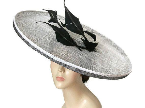 Pamela blanca y negra, pamela para bodas, sombreros de boda, Pamelas originales, accesorios de boda, pamelas con plumas, pamelas y tocados