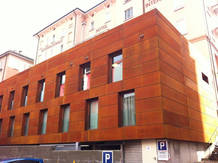 Hotel Internazionale Bellinzona rivestito con pannelli in acciaio Corten Trattato - corten ox 41 #corten @steelcorten