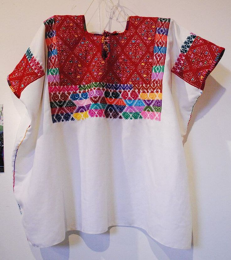 arte textil tzeltal ..Tzeltal Las comunidades de Tzeltal, principalmente en Aguacatenango, es famosa por el bordado en blusas blancas, vestidos, camisones, manteles y pantalones. Las mujeres bordadoras y tejedoras realizan sus obras en telares de cintura, dando vida a una textura de algodón –casi transparente– y formas de rombos –que representan el cosmos–, e iconos de animales cósmicos como la serpiente, sapo, alacrán, entre otros. El arte textil tzeltlal posee colores exuberantes, en esp