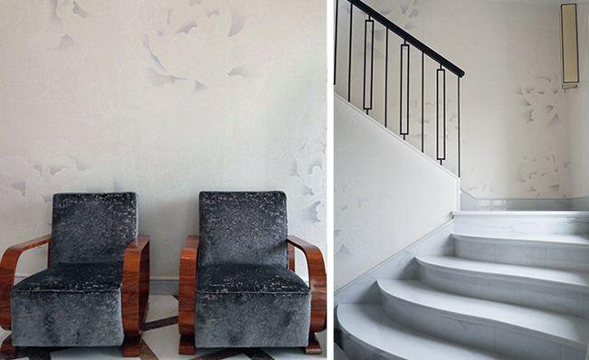 Le carte da parati Misha hanno valorizzato le pareti di un'elegante scala grazie ad un suggestivo effetto di lucido-opaco.