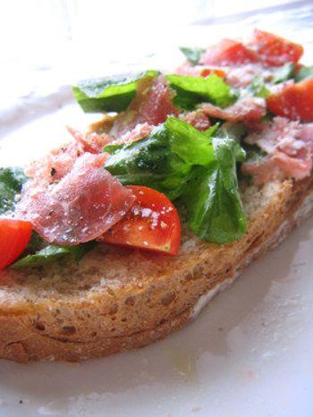 パンの酸味と具材のバランスが決め手♡ カンパーニュでアレンジサンド ... サラダやパスタでも人気の生ハム&ルッコラの組み合わせ。 さっぱりドレッシングが