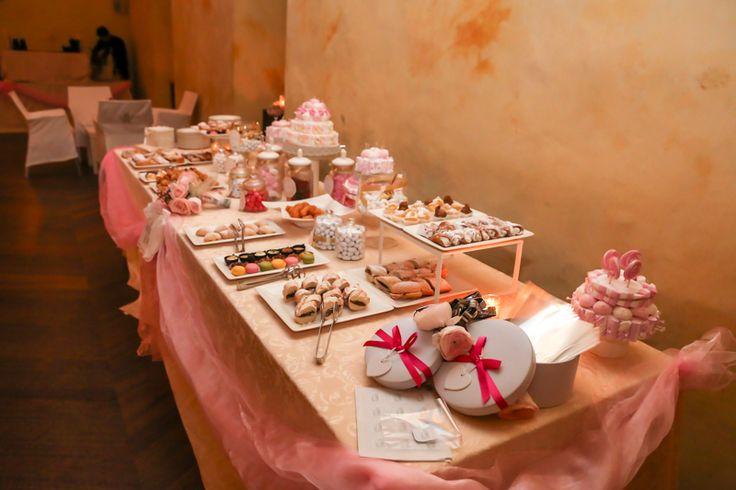 #Candies e #dolci. Un #banchetto poeticamente #rosa. #tavola #pasticcini #sweets #caramelle #marshmallow #confetti #paneenutella #cannolisiciliani #decorazioni #allestimento #pink #pacchetti #regalo #doni #fiocchi #pasticceria #torte #tulle www.castellodegliangeli.com